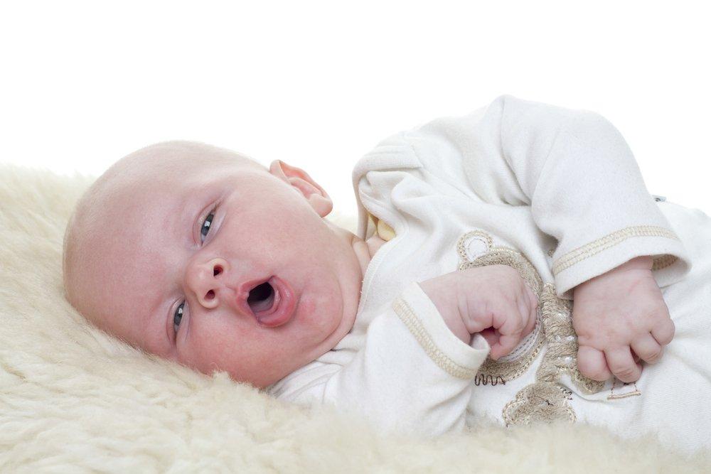 Если горло и дыхательные пути чистые, то сухое покашливание пройдет после того, как малыша напоят теплым чаем