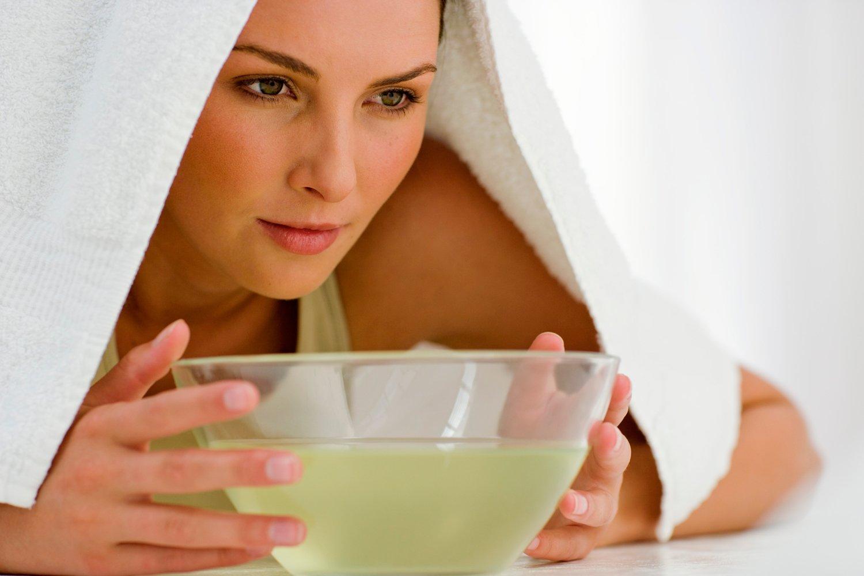 Чтобы успокоить кашель и смягчить слизистую бронхов, дышите 10-15 минут над паром