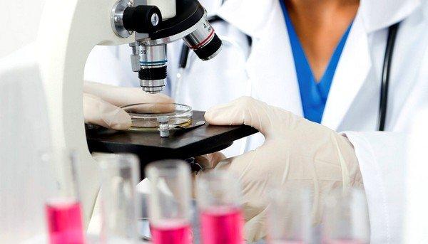 В процессе диагностических исследований выполняется обязательный анализ мокроты у больного