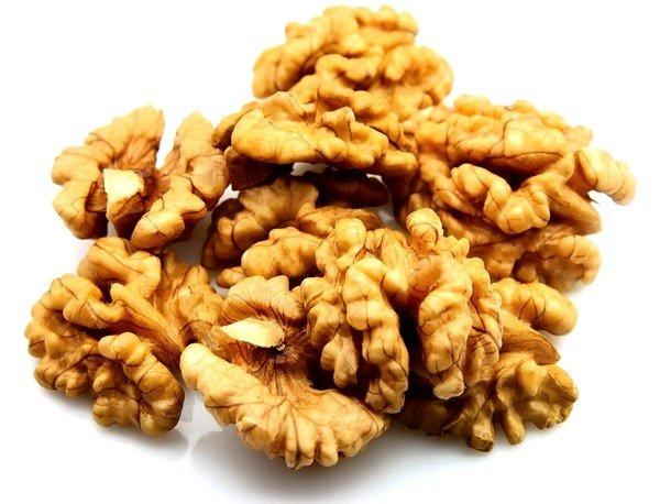 При простудных болезнях, а также при бронхитах поможет средство с орехами