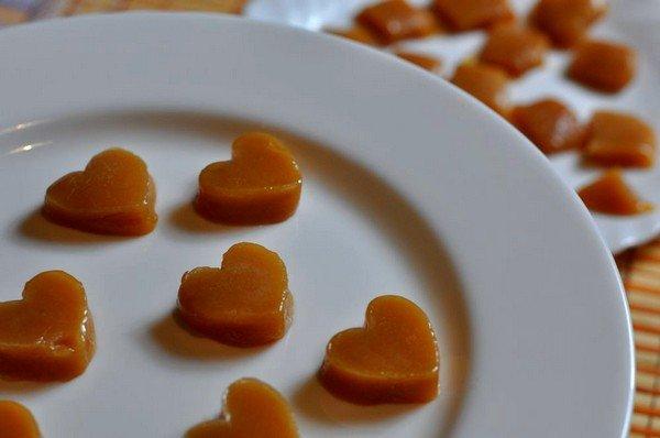 Из жирного молока можно сделать сладость, которая напоминает по вкусу ириски
