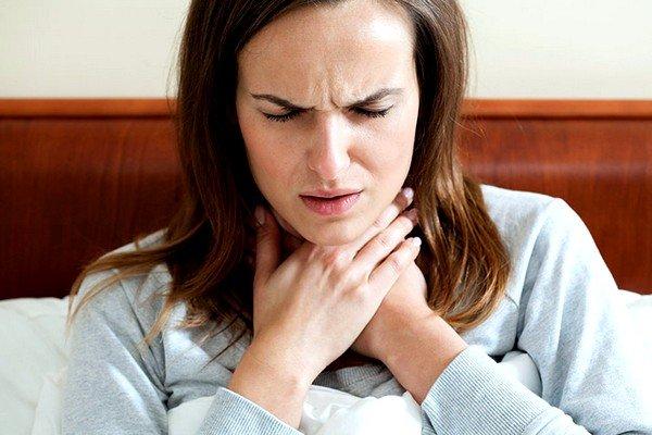 Воспалительный процесс в горле появляется из-за вирусов и микробов