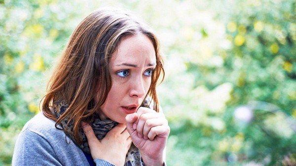 При патологических изменениях в щитовидной железе причина кашля кроется не снаружи в виде раздражающих агентов, а изнутри