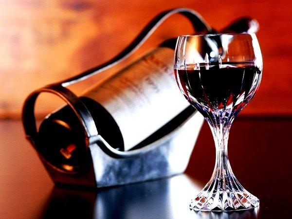 Для лечения взрослым пациентам подойдет рецепт с красным вином