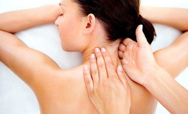 Для снятия тонуса мышц шеи и грудной клетки делайте сеансы массажа воротниковой зоны и головы