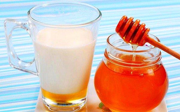 Теплое молоко со сливочным маслом и медом способствует выведению мокроты