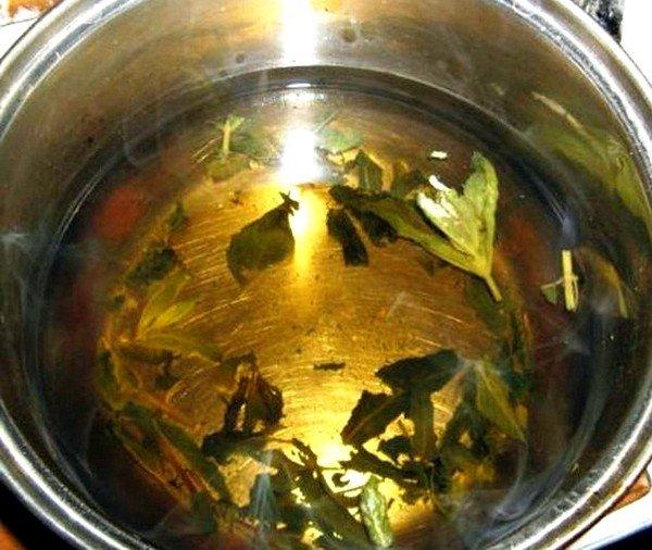 В состав леденцов можно добавить лекарственные травы, например, отвары солодки и шалфея