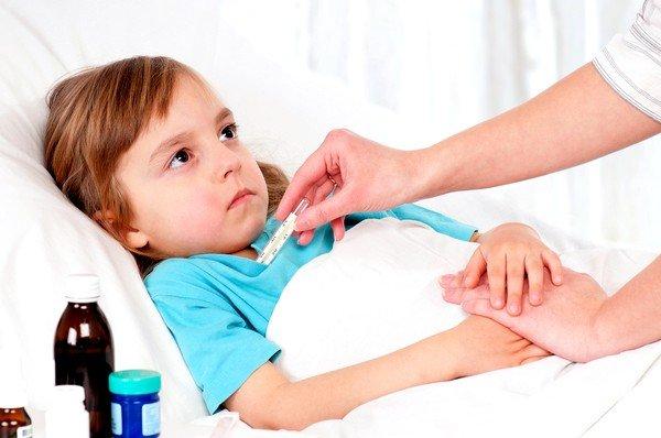 При простудных заболеваниях и острых инфекционных расстройствах респираторной системы наряду с кашлевым синдромом проявляются и прочие признаки