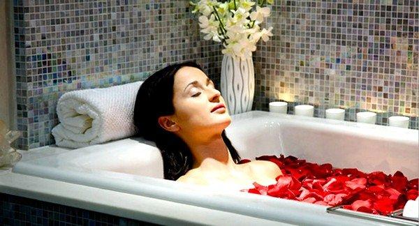 Врачи рекомендуют регулярно принимать ванны с аромамаслами, морской солью, хвоей