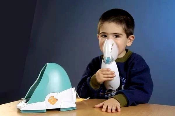 Ингаляция с физраствором – это оптимальный вариант при лечении саднящего непродуктивного кашля у детей младшего возраста