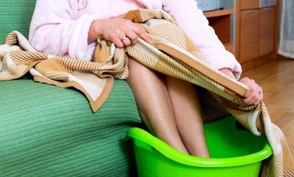 Ножные ванны подходят не только детям, но и взрослым людям, при условии отсутствия повышенной температуры тела