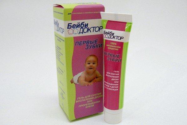 Чтобы устранить боль, малышу смазывают десна специальным охлаждающим гелем