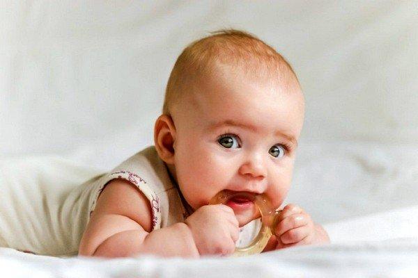 В период бодрствования малышу рекомендуется предлагать яркие игрушки, развлекать его, чтобы он постоянно был в движении