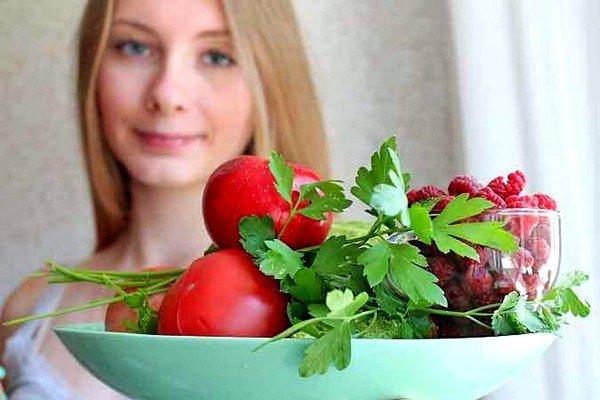 Заразиться можно при употреблении немытых овощей, фруктов, ягод