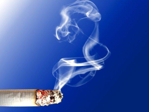 Очень опасен для малыша табачный дым