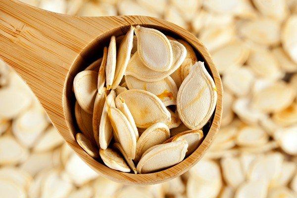 В качестве профилактической меры даже официальная медицина рекомендует детям употреблять натощак тыквенные семечки