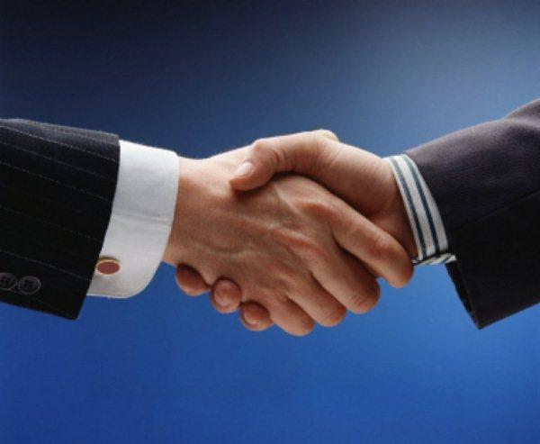 Заражение может произойти как через обычное рукопожатие, так и в том случае, если люди используют одни и те же предметы быта