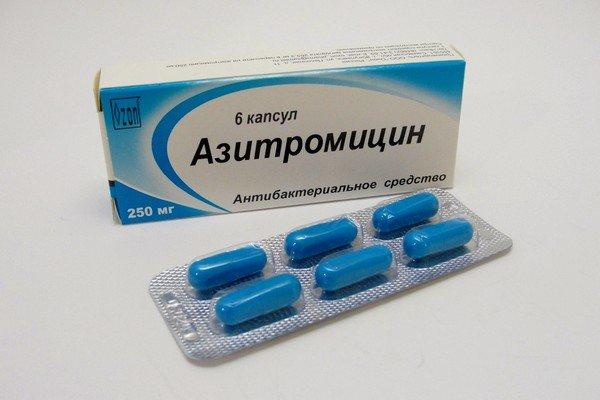 Азитромицин оказывает бактериостатическое действие, то есть замедляет рост и нарушает процесс размножения бактерий