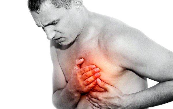 При эхинококкозе сердца беспокоят загрудинные боли, напоминающие стенокардию