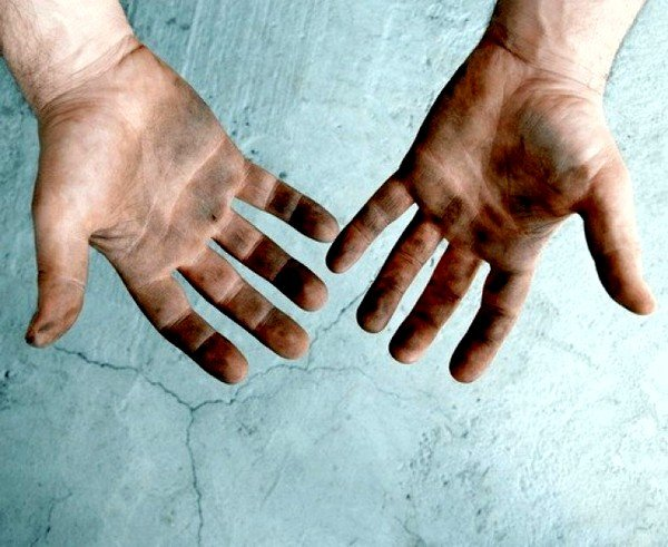 Люди чаще заражаются глистами токсокары через заражённые продукты, воду или грязные руки