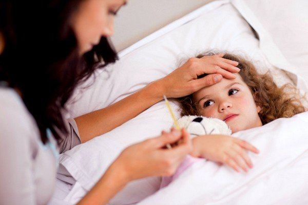 Кашель и температура у ребенка могут быть симптомами бактериальных и вирусных заболеваний